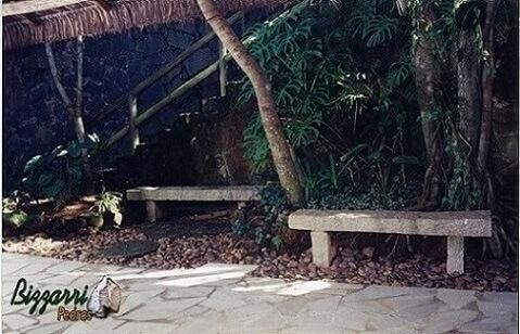 Pedras para jardim usadas como bancos, caminho e no chão Projeto de Pedras Bizzarri