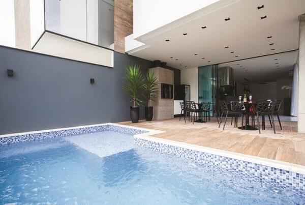 piscina com tons de azul e branco