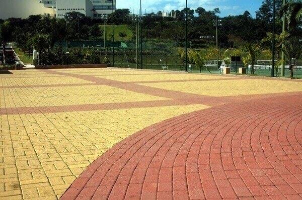 Piso intertravado amarelo e vermelho