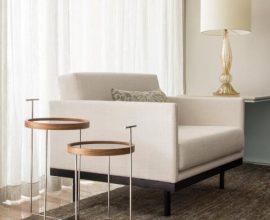 Poltrona branca com mesa lateral dupla redonda Projeto de Marilia Veiga
