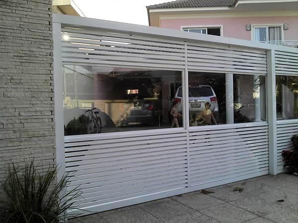Portão de alumínio com vidro transparente