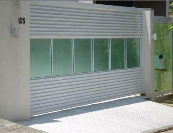 Portão de alumínio com vidros