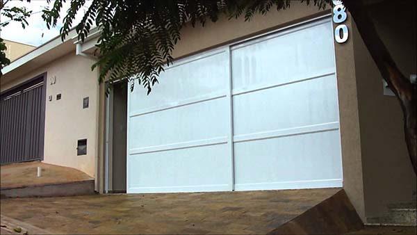 Portão de alumínio de correr branco