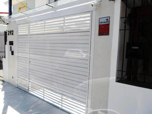 Portão de alumínio em garagem