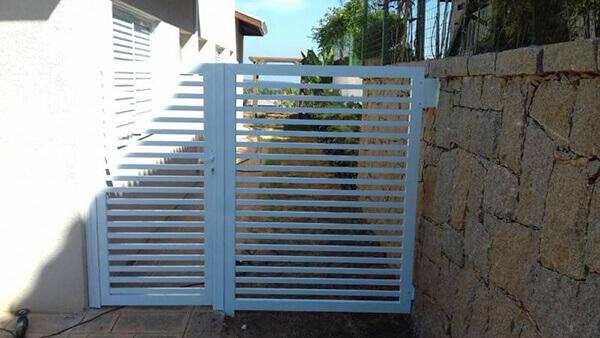 Portão de alumínio na garagem