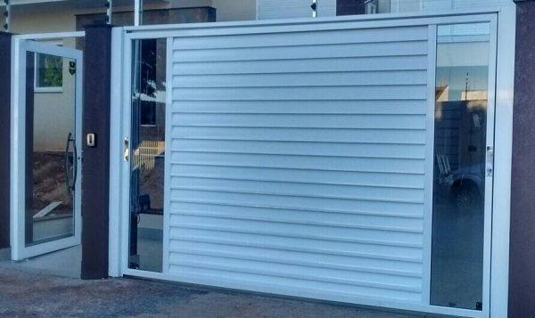 Portão de alumínio com vidros laterais