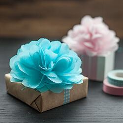 Presente com flores de papel