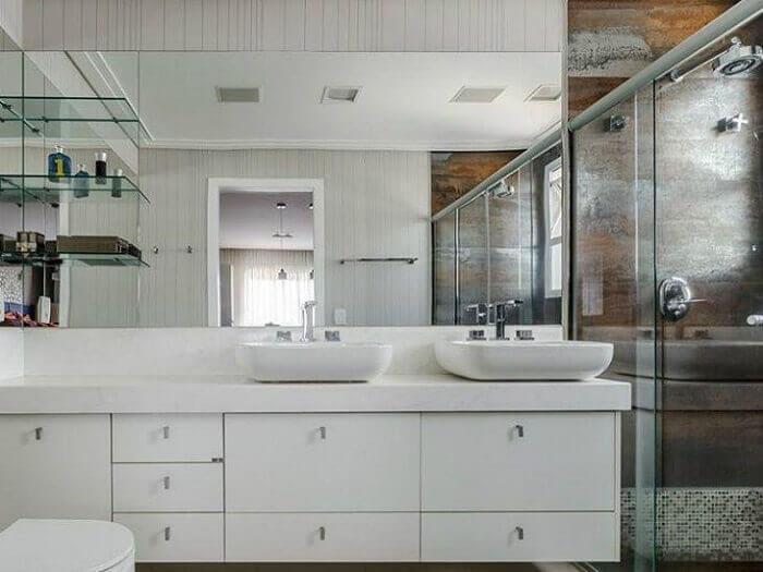 Prateleiras em vidro e armários de banheiro sob medida