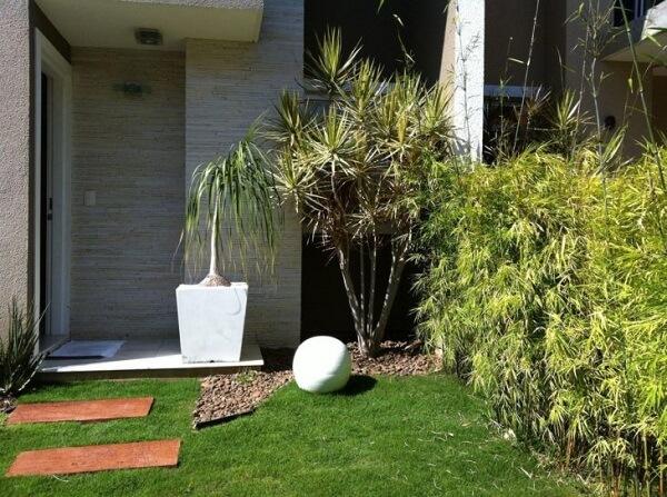 Procure usar as pedras para jardim maiores onde há plantas maiores