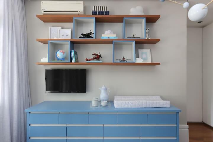 Quarto de bebê com cômoda e nichos em tons de azul Projeto de Patricia Bergantin