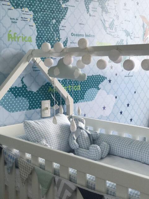 Quarto de bebê com decoração em tons de azul na parede e no berço Projeto de Arq Express