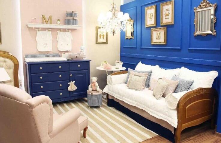 Quarto de bebê com tons de azul, rosa e dourado Projeto de Meyer Cortez