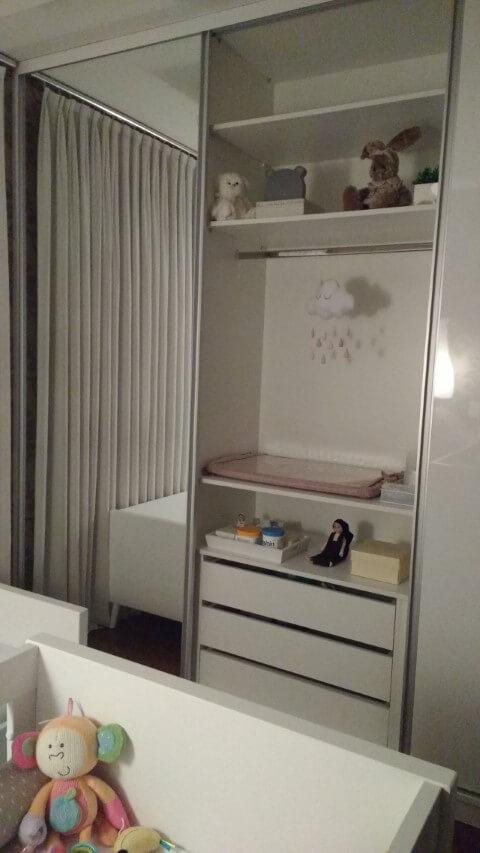 Quarto de bebê menina com armário espelhado Projeto de Ana Lucia Guadalupe