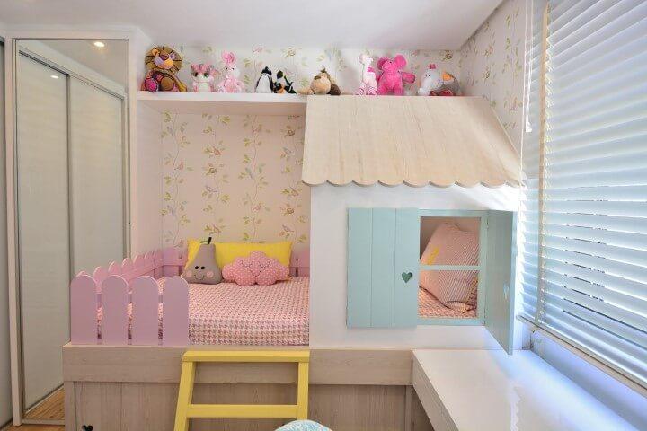Quarto de bebê menina com bichos de pelúcia Projeto de BG Arquitetura