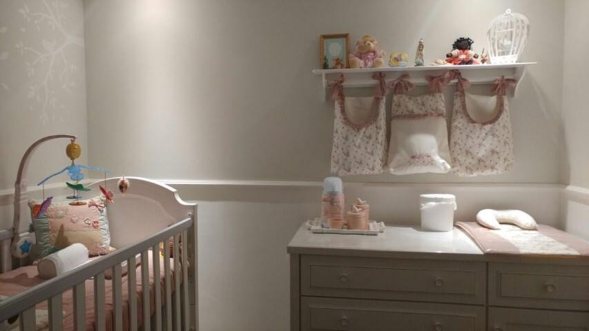 Quarto de bebê menina com cômoda com trocador Projeto de Gianfrancesco Mano