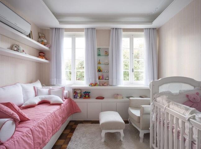 Quarto de bebê menina com cortinas nas janelas Projeto de Kali Arquitetura