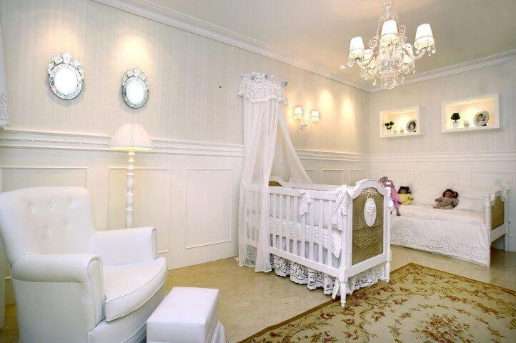 Quarto de bebê menina com lustre sofisticado Projeto de Nicolle do Vale