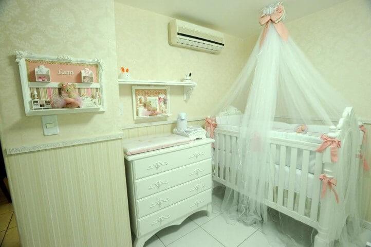 Quarto de bebê menina com móveis brancos Projeto AK Arquitetura