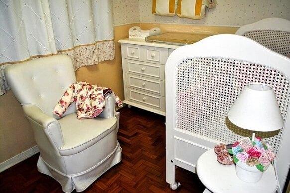 Quarto de bebê menina com móveis brancos Projeto de Mariana Dell