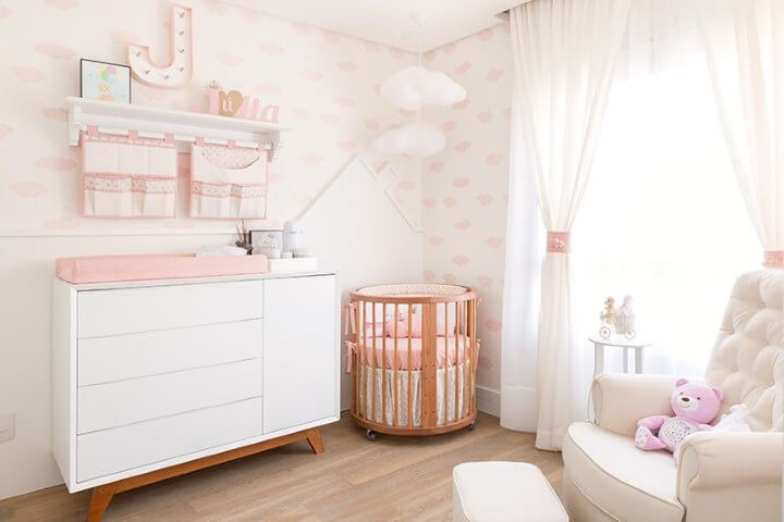 Quarto de bebê menina com mini berço redondoProjeto de Bianchi Lima