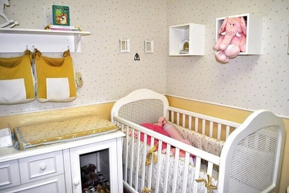 Quarto de bebê menina com nichos e prateleiras Projeto de Mariana Dell