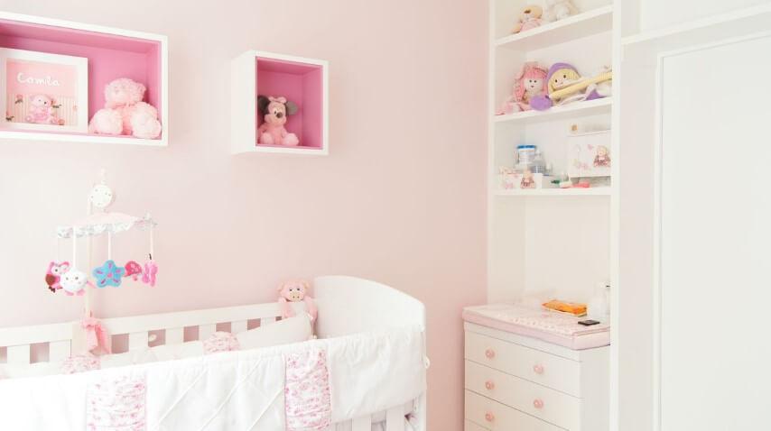 Quarto de bebê menina com nichos em tons de rosa Projeto de Erik Matsumoto