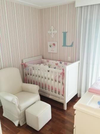 Quarto de bebê menina com papel de parede listrado Projeto de Danyela Correa
