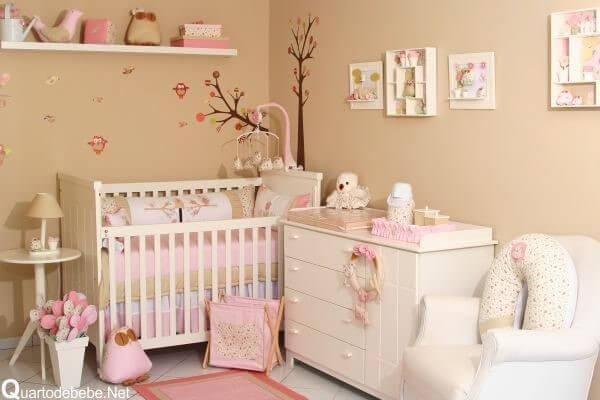 Quarto de bebê menina com paredes bege Projeto de Graziela