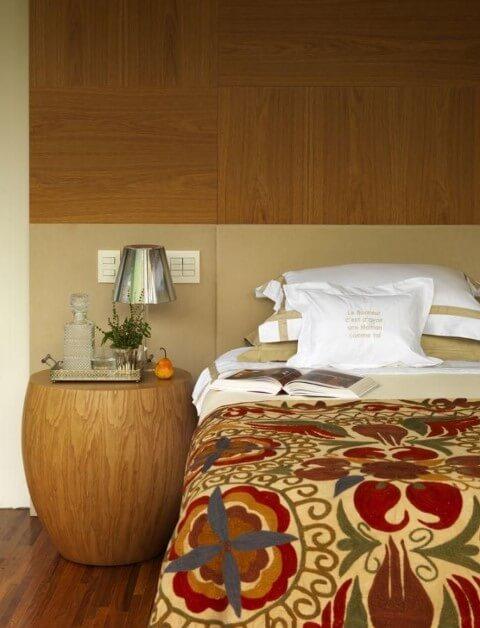 Quarto de casal com mesa lateral de madeira Projeto A1 Arquitetura