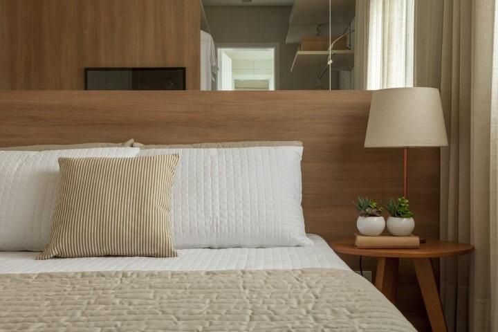Quarto de casal com mesa lateral de maidera Projeto de Tres Arquitetura