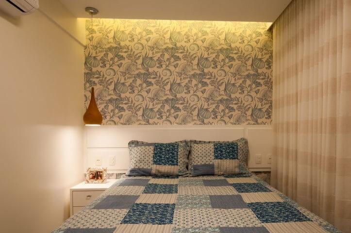 Quarto de casal com parede de drywall com papel de parede florido Projeto de Bernal Projetos