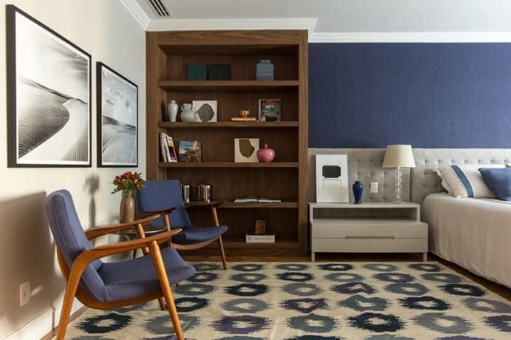 Quarto de casal com tapete, parede e móveis em tons de azul Projeto de Marilia Veiga