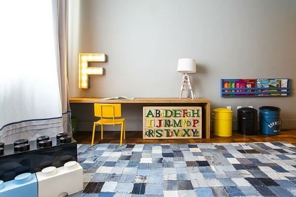 quarto de menino com tapete com vários tons de azul