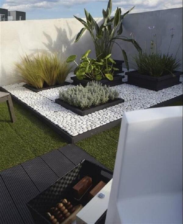 Reserve um espaço na sua área de lazer pequena para formar um linda composição de pedras para jardim