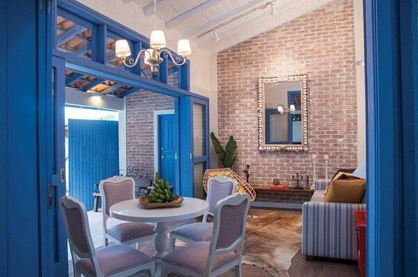 sala com portas e janelas com acabamento na cor azul