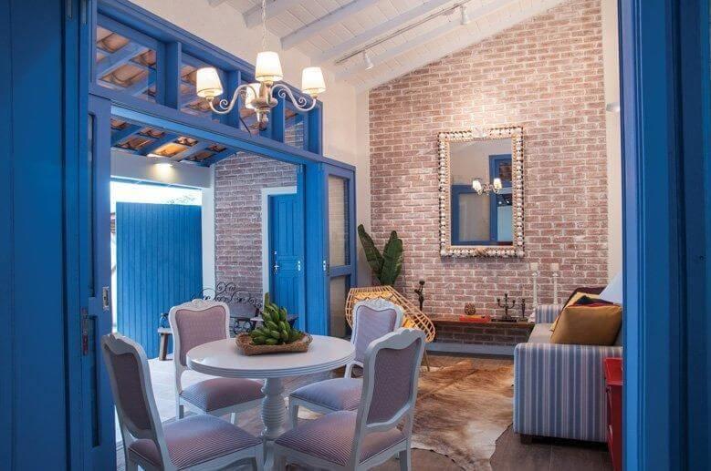 Sala com portas e portais em tons de azul Projeto de Rico Mendonça