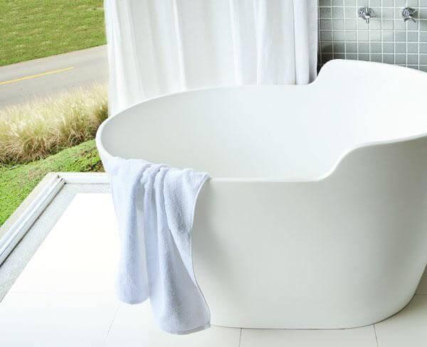 Sala de banho branca com ofurô Projeto de Patricia Covolo