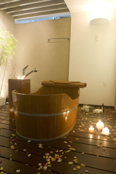 Sala de banho com chão e ofurô de madeira Projeto de Larissa