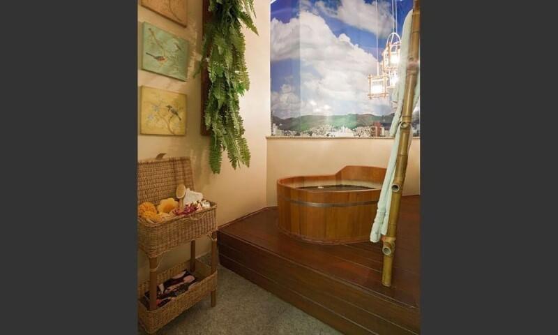 Sala de banho com deck e ofurô revestido em madeira Projeto de Eduarda Correa