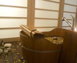 Sala de banho com ofurô de madeira Projeto de Larissa