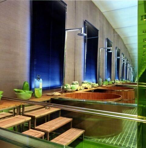 Sala de banho com ofurô e ducha em cima Projeto de Brunete Fraccaroli