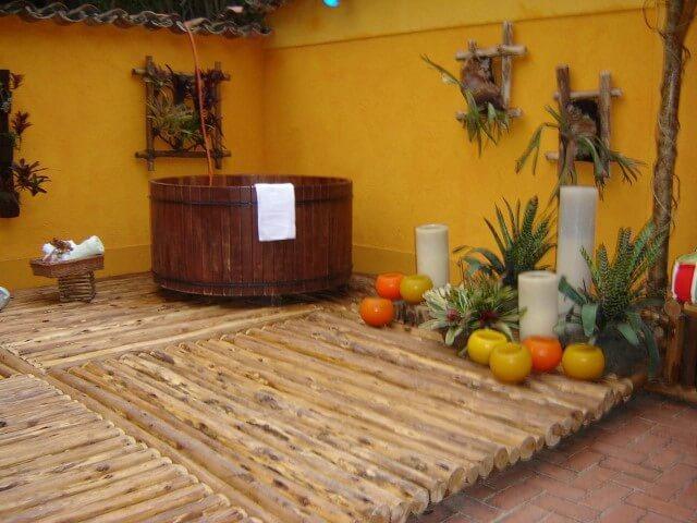 Sala de banho com ofurô em deck de tronco de árvore Projeto de Ana Lúcia Martins