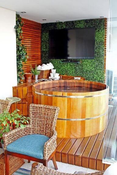 Sala de banho em área externa com ofurô Projeto de Marcia Acaro
