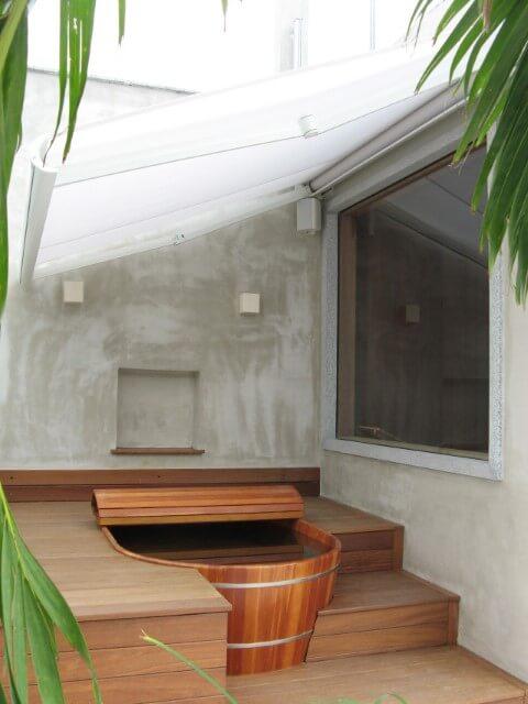 Sala de banho externa com ofurô embutido Projeto de André Martins