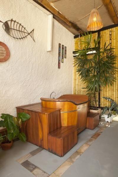 Sala de banho externo com ofurô de madeira Projeto de Adriana Fontana