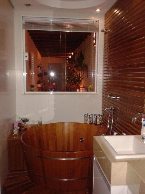 Sala de banho interna com ofurô de madeira Projeto de Helio Okamoto