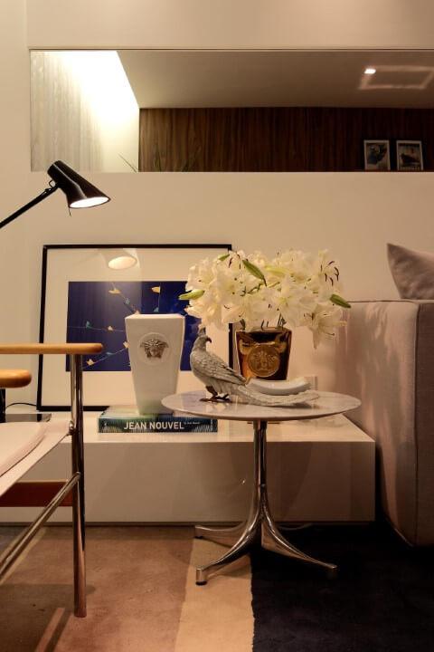 Sala de estar com mesa lateral com tampo de mármore Projeto de Rodrigo Fonseca