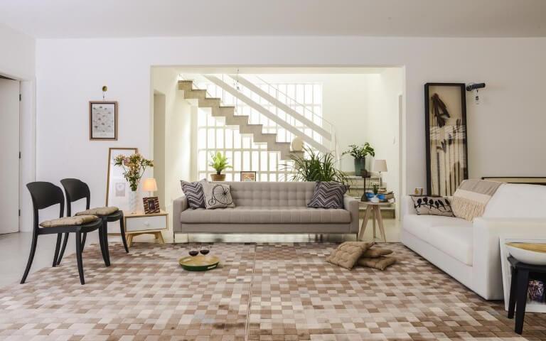Sala de estar com mesa lateral de design diferente dos lados do sofá Projeto de Oppa