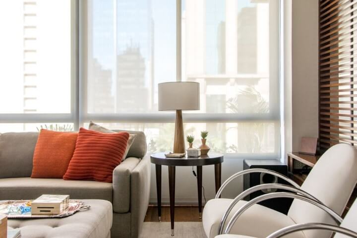 Sala de estar com mesa lateral de madeira com pés palito Projeto de Danyela Correa