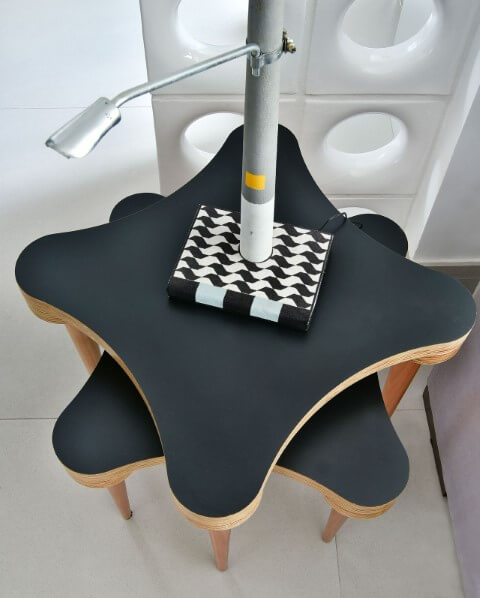 Sala de estar com mesa lateral dupla com design diferente Projeto de Move Móvel